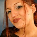 Rothaarige junge Frau mit vollen Lippen