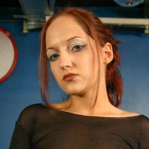 Schlanke Frau rotbraune Haare