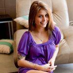 Schöne junge Frau zu Hause Teppich