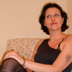 Schwarzhaarige junge MILF Tattoo Sofa