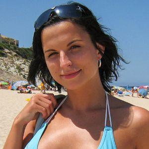 Schwarzhaarige sexy Frau im Bikini am Strand