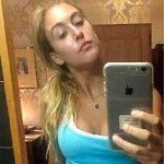 Selfie blonde Frau zu Hause