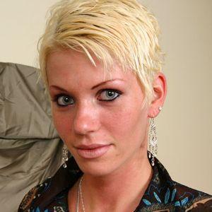 Sexy Frau kurze hellblonde Haare