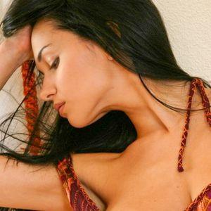 Sexy Frau mit langen schwarzen Haaren