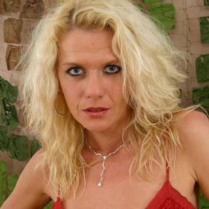 Sexy Mutti blonde Locken roter BH