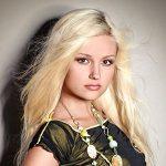 Süßes Girl mit hellblonden Haaren