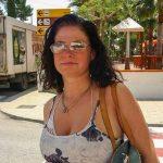 Vollbusige MILF mit Sonnenbrille
